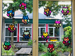 Vrolijke uilen voor op het raam