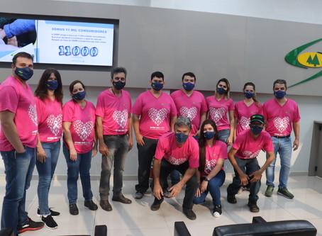 Diretores e colaboradores usam camisetas rosa no mês de outubro