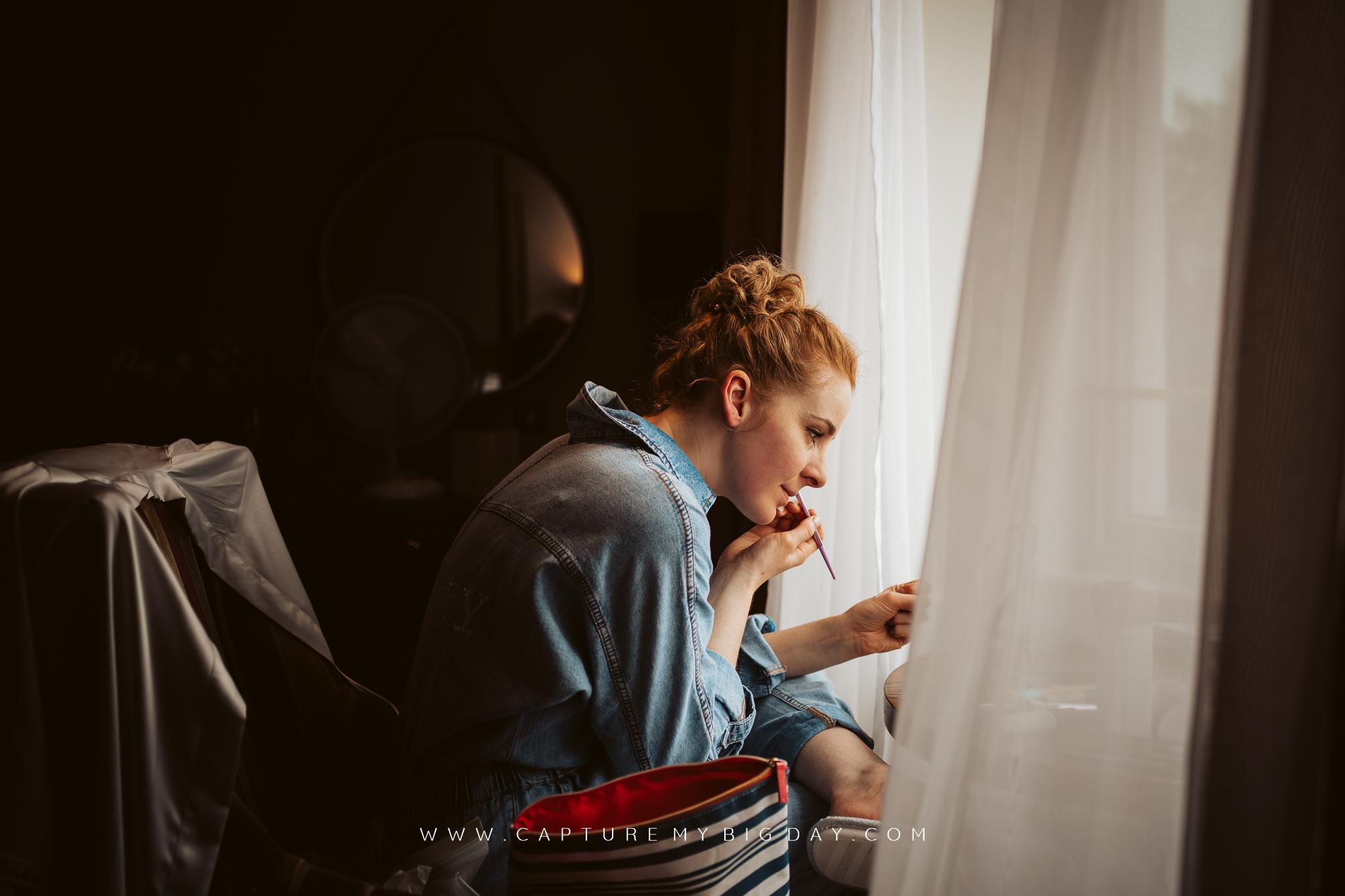 bride doing her make up