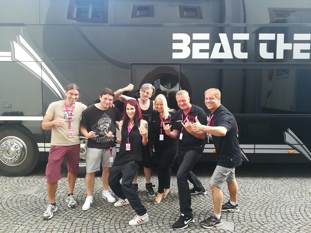 Blindfall mit der Baden FM Crew vor dem Tourbus der Limp Bizkit Stars