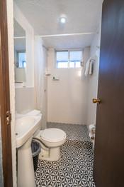 Baño habitación matrimonial con balcón