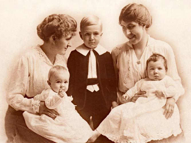 William & Emma Riedlin's Daughters & Grandchildren, c. 1916.