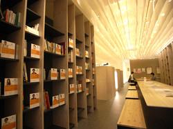 待合スペースに「まちライブラリー」設置