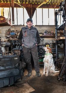 """Robert et son chien """"Mignon"""" dans l'atelier."""