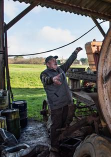 Un des trésors de Robert, une grande roue de batteuse.