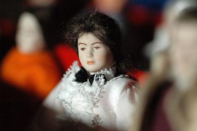 Les doll-scenettes recomposent en miniature un théâtre intime fait de passion, de vacuité, de fantaisie.