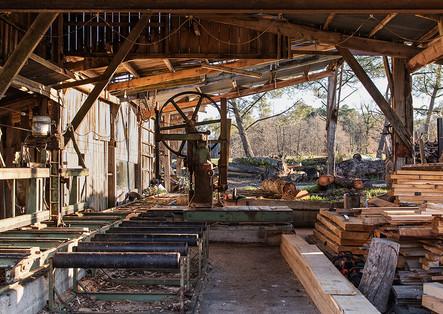 À la scierie, Robert découpe des planches, réalise des charpentes ou fabrique du mobilier urbain pour la commune.