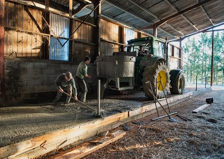 Laurent, le fils de Robert, et Loïc, son petit fils, coulent une dalle de béton dans la grange. Loïc prépare son CAP. La relève est assurée.