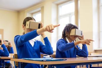students-using-virtual-reality-goggles-6