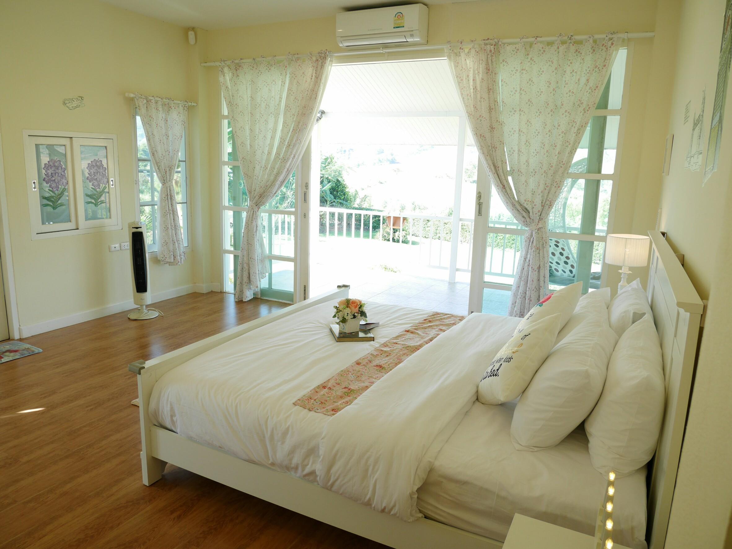 ห้องนอนใหญ่ โปร่ง สะอาด
