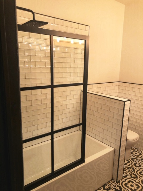 Shower Screen on Tub (2)