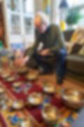 Jan speelt Tibetaanse Klankschalen.jpg