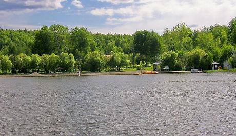 Situé à environ 20km de Rouyn-Noranda sur un site enchanteur en pleine nature.