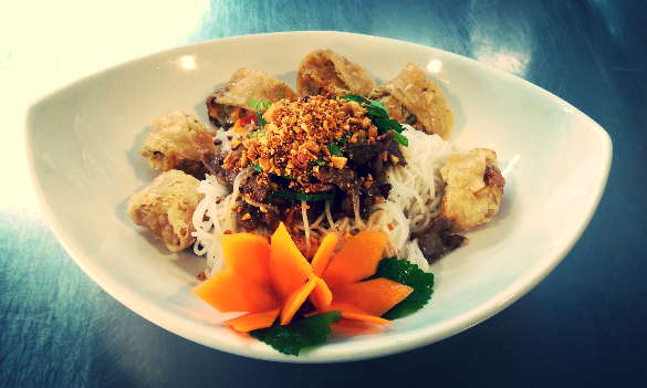 Bo Bun Nem (Salade de vermicelle de riz, nem, et boeuf citronelle)
