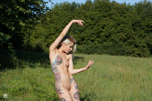 Tatouages, danse et prairie 03