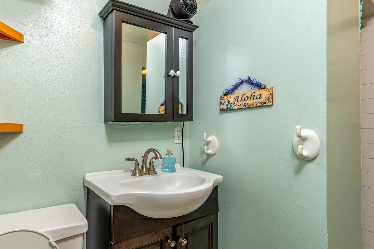 17-Bathroom 1.jpg