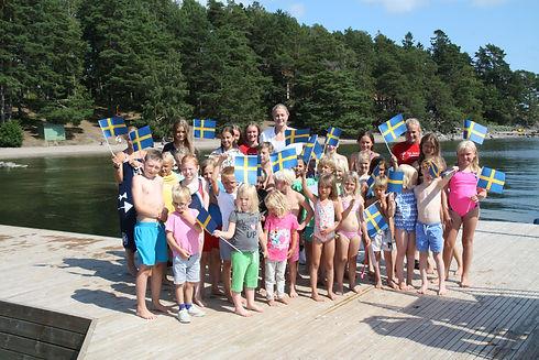 Sarah_med_simskolebarnen_på_bryggan.jpg