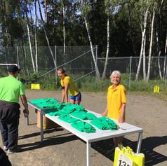 Utdelning av tröjor till deltagarna i Årstamaran