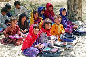 Enfants suivants des cours dispensés par des bénévoles lors d'un projet de volontariat à l'international