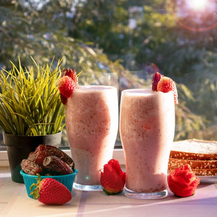 Medjool date-strawberry smoothie will make 🍓