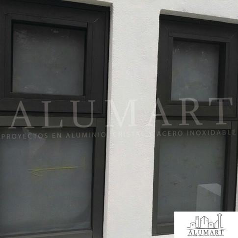 ventana de proyeccion en aluminio duranodick con cristal claro 6mm esmerilado
