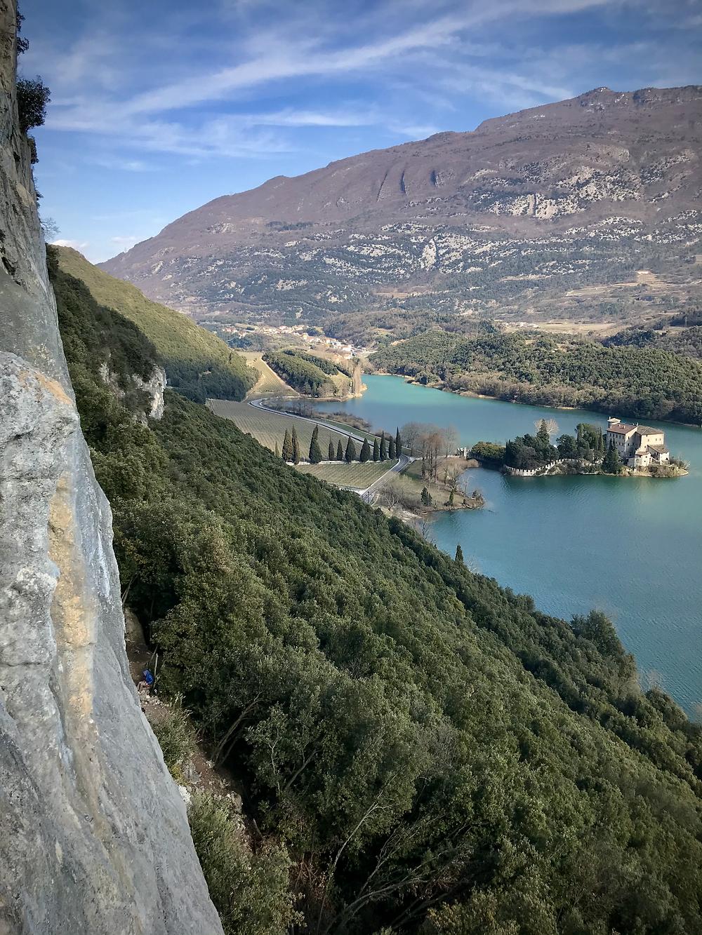 Sektor wspinaczkowy nad Jeziorem Toblino.