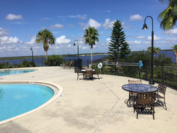 By the pool with a view to the lake