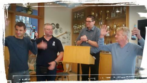 Unsere Abteilung Kartenspiele im GSV Bamberg e.V. bedanken 2 Skatspieler aus Düsseldorf, weil es weite Anfahrt ist. Sie bekommen ein Geschenk.