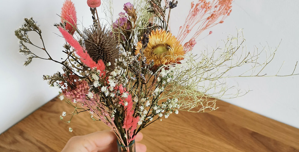 Fiole de fleurs sechees