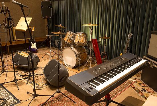 Sem dúvida o melhor caminho para artistas que não têm banda mas querem um trabalho com arranjos do estúdio com alta qualidade e com todos os instrumentos executados e gravados acústico/elétrico por músicos talentosos e altamente profissionais.