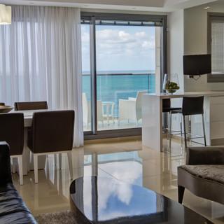 מבט מהסלון למרפסת הפונה לים
