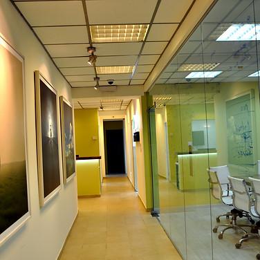 מסדרון וחדר הישיבות