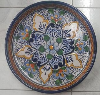 Plato de Talavera con decorado y colores Tradicionales.
