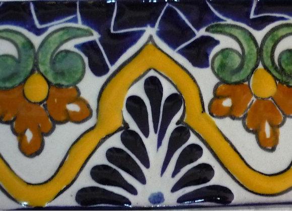 Cenefa con decorado de varios colores.