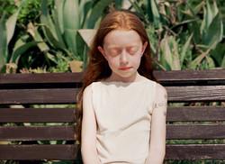 שרון ברקת.ילדה על ספסל. 60X80. 2007.מתוך הסדרה בהירים בשמש