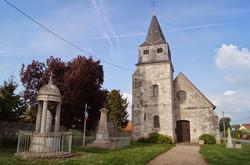 Le monument aux morts et l'église