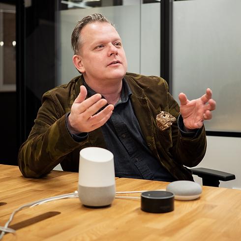 Maarten-met-speakers-vierkant.png