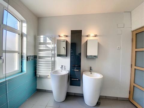 agencement moderne d'une salle de bains