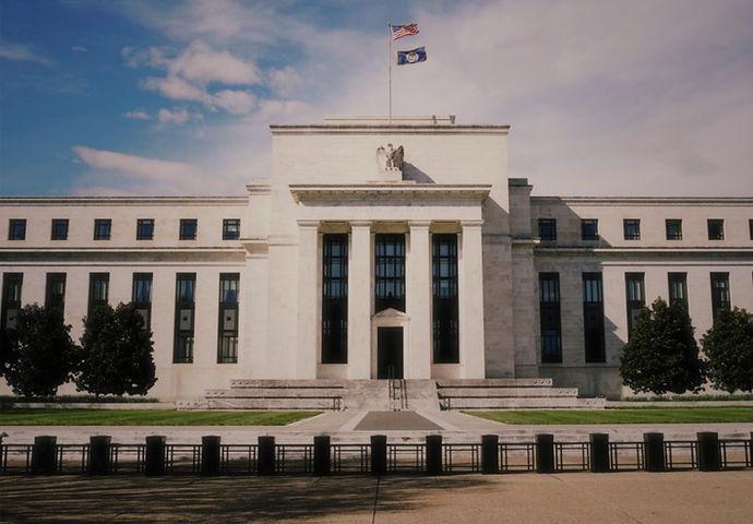 Reserva Federal de Estados Unidos: Determina la tasa de interés libre de riesgo.