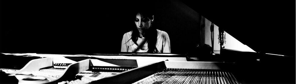 La musicienne jazz Aurélia O'Leary au piano