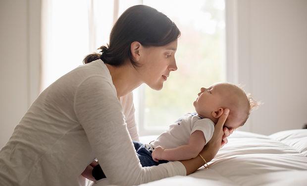 Mutter, die Baby hält