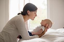 Mère tenant bébé
