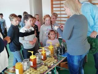 У Српској основној школи у Ловри одржано предавање о пчелама и меду