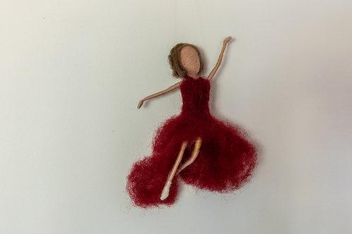 Ballerina in weinrotem Kleid, hängend