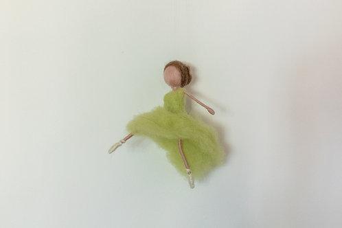 Ballerina in hellgrünem Kleid, hängend