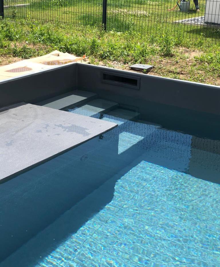 Plage et escalier piscine