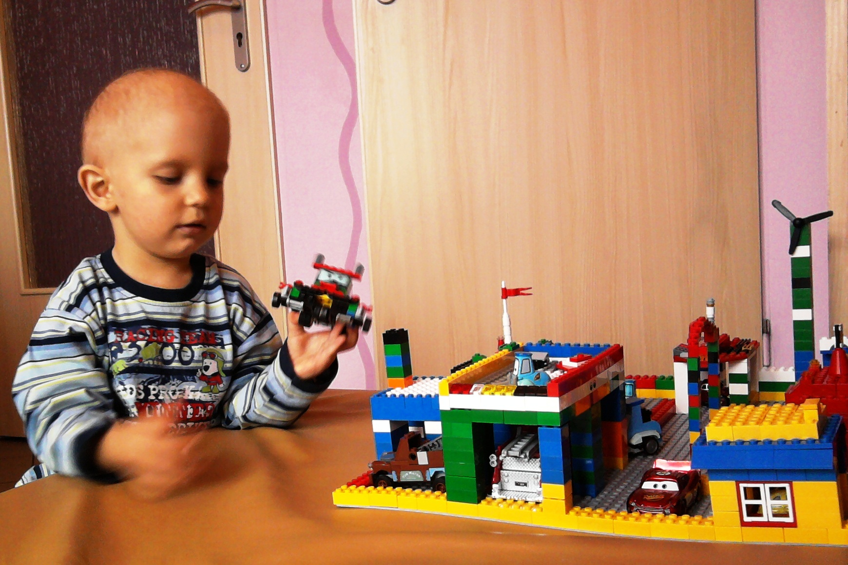 Godzinami budował z Lego
