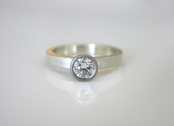 9ct & 18t white gold ring set with 0.25ct Diamond