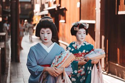 geisha-and-maiko-gion-kyoto-japan_t20_ZV