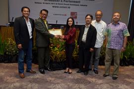 Serah terima penghargaan kepada Cita Citata, sebagai member dengan pendapatan royalti tertinggi selama 2016